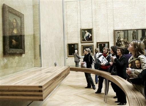 """Museu do Louvre, em Paris: visitantes observam a """"Mona Lisa"""" de Leonardo da Vinci"""