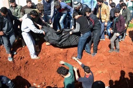 Membros do Harakat Hazm são enterrados próximo de Aleppo. Foto: Abdalghne Karoof / Reuters