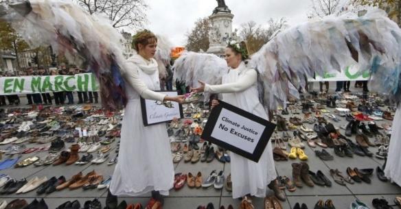 29nov2015--ativistas-ambientais-fantasiadas-de-anjos-ficam-entre-os-pares-de-sapatos-simbolicamente-colocados-na-praca-da-republica-em-paris-apos-o-cancelamento-da-marcha-pelo-clima-que-seria-1448797958469_956x500
