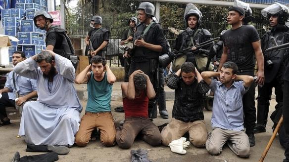 confronto-policia-seguidores-mursi-egito4-14082013-size-598