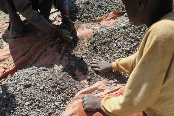 222070_DRC_artisanal_cobalt_mining_-e1453215779653