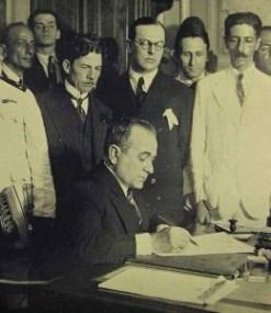 Getúlio_nomeando_os_Ministros_03-11-1930-260x300